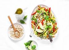 Os vegetais crus acolchoam a salada tailandesa no fundo claro fotografia de stock