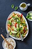 Os vegetais crus acolchoam a salada tailandesa no fundo escuro, vista superior imagens de stock royalty free