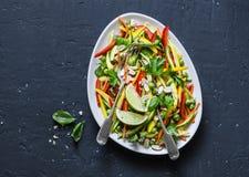 Os vegetais crus acolchoam a salada tailandesa no fundo escuro, vista superior Alimento saudável do vegetariano imagem de stock