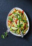 Os vegetais crus acolchoam a salada tailandesa no fundo escuro, vista superior Alimento saudável do vegetariano imagens de stock royalty free