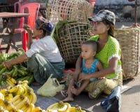 Os vegetais de venda da mulher Foto de Stock