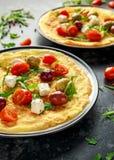 Os vegetais Eggs a omeleta com tomates, foguete selvagem, queijo grego, azeitonas em uma placa Alimento saudável do café da manhã Fotografia de Stock Royalty Free