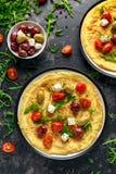 Os vegetais Eggs a omeleta com tomates, foguete selvagem, queijo grego, azeitonas em uma placa Alimento saudável do café da manhã Imagens de Stock Royalty Free