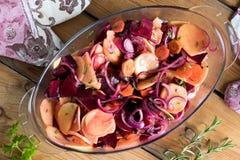 Os vegetais em uma bandeja, aprontam-se cozendo no forno imagem de stock
