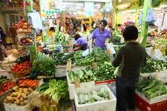 Os vegetais introduzem no mercado em Hong Kong fotos de stock royalty free
