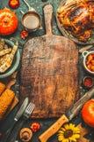 Os vegetais Roasted da galinha inteira ou do peru, das abóboras, do milho e da colheita com faca de cozinha e cutelaria serviram  Foto de Stock Royalty Free
