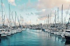 os veleiros amarrados acima da espera no pontão apenas alguns dias antes do cruzamento atlântico do arco 2018 que navega a regata fotos de stock royalty free
