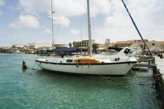 Os veleiros amarraram no porto de Oranjestad, Aruba Fotografia de Stock