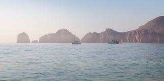 Os veleiros em Cabo San Lucas abrigam com os arcos no fundo imagens de stock royalty free