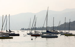Os veleiros em Porto di Bardolino abrigam no lago Garda Imagens de Stock
