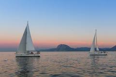 Os veleiros não identificados participam na regata da navigação fotografia de stock royalty free