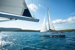 Os veleiros não identificados participam na regata da navigação fotos de stock