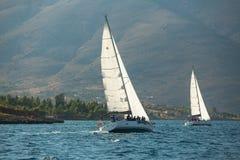Os veleiros não identificados participam na regata da navigação imagens de stock royalty free