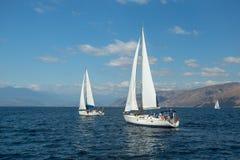 Os veleiros não identificados participam na regata da navigação foto de stock