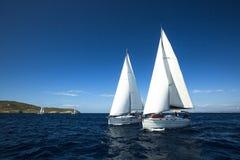 Os veleiros não identificados participam na regata da navigação foto de stock royalty free