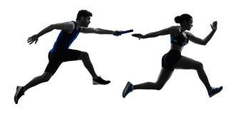 Os velocistas dos corredores de relé do atletismo que correm os corredores isolaram o silho fotos de stock