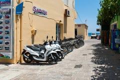 Os velomotor estacionados ficam o escritório alugado próximo na cidade de Paleochora na ilha da Creta, Grécia Fotos de Stock Royalty Free