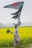 Os vendedores ambulantes vendem bandeiras nacionais bengalis em um dia de inverno, Munshigonj, Dhaka, Bangladesh, Ásia Fotografia de Stock
