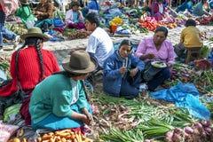 Os vendedores das frutas e legumes no mercado em Pisac localizaram no vale sagrado dos Incas no Peru Fotografia de Stock Royalty Free