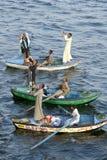 Os vendedores de matéria têxtil em seu barco de enfileiramento perto do Esna travam no Nilo do rio em Egito Imagem de Stock Royalty Free