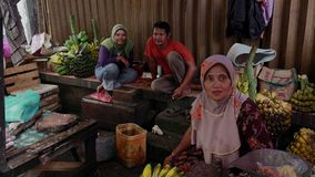 Os vendedores falam no mercado do alimento em Jakarta, Indonésia vídeos de arquivo