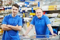 Os vendedores team em casa a loja da melhoria Fotos de Stock