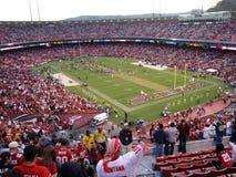 Os ventiladores cheer enquanto 49ers comemoram a vitória no campo Imagem de Stock Royalty Free