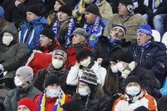 Os ventiladores de Dynamo Kiev desgastam máscaras protetoras imagem de stock royalty free