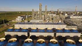 Os ventiladores e as unidades de refrigeração para a produção de ácido nítrico na planta do adubo Silhueta do homem de negócio Co filme