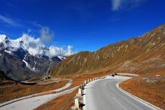 Os ventos da estrada entre montanheses Fotografia de Stock