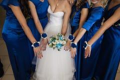 Os vestidos da dama de honra na cor pastel estão guardando ramalhetes em um estilo rústico Fotografia de Stock Royalty Free