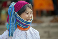 Os vestidos das mulheres da minoria étnica, no mercado velho de Dong Van foto de stock