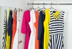 Os vestidos das mulheres modernas brilhantes da forma foto de stock