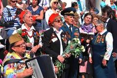 Os veteranos de guerra cantam músicas no quadrado do teatro, pelo teatro de Bolshoi em Moscou Foto de Stock Royalty Free