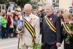 Os veteranos de guerra estão em um monumento às guerras caídas Imagem de Stock