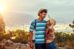 Os viajantes andam e admiram a vista superior de Alanya os pares novos apreciam férias de verão fotografia de stock
