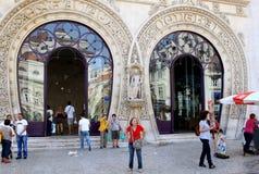 Os viajantes aproximam a estação de comboio de Rossio, Lisboa Imagens de Stock