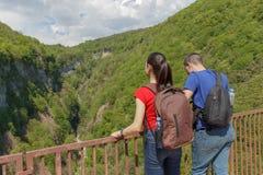 Os viajantes do grupo viajam na floresta da reserva das montanhas Estilo de vida ativo e saudável na excursão de férias e de fim  Foto de Stock Royalty Free