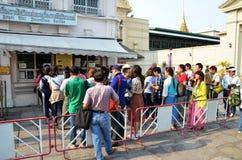 Os viajantes enfileiram-se para comprar o bilhete antes de entrar no palácio o da glândula foto de stock