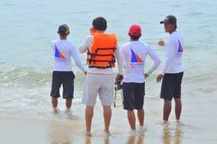 Os viajantes estão esperando o jetski na praia Foto de Stock