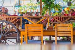 Os viajantes relaxam em um restaurante em Kampot fotografia de stock