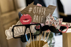 Os vidros ajustados do partido retro, chapéus, bordos, bigodes, máscaras projetam imagens engraçadas do casamento do partido da c fotografia de stock