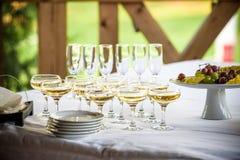 Os vidros, as forquilhas, as facas, os guardanapo e a flor decorativa em uma tabela serviram para o jantar no restaurante acolhed Fotos de Stock Royalty Free