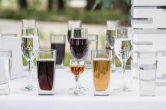 Os vidros com bebidas diferentes na excursão batem Fotografia de Stock