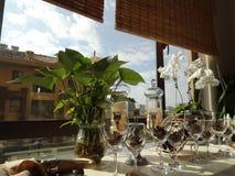Os vidros com o cone do pinho na soleira imagem de stock