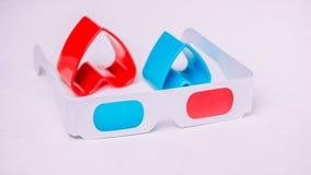 os vidros 3d com corações vermelhos e azuis representam o amor para o cinema Imagem de Stock Royalty Free