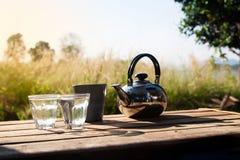 Os vidros da água com caneca e potenciômetro de café, viajam exterior, Campin Foto de Stock Royalty Free