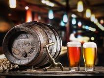Os vidros da cerveja e da cerveja inglesa barrel na tabela de madeira Foto de Stock