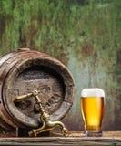 Os vidros da cerveja e da cerveja inglesa barrel na tabela de madeira Imagem de Stock Royalty Free