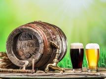 Os vidros da cerveja e da cerveja inglesa barrel na tabela de madeira Brewe do ofício Imagem de Stock Royalty Free